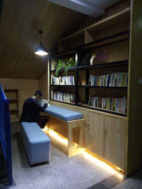 教学楼楼梯间,办公楼楼头空间等小角落,建起了一个个小小的书吧,全天